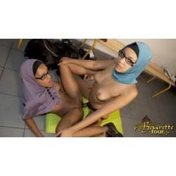 Deux beurettes lesbiennes avec un gode ceinture