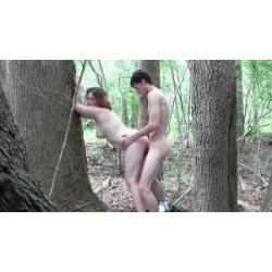Dans les bois elle lui sort sa grosse queue de son calçon